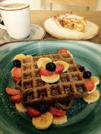 "Apple crumble, waffles & hot chocolate @ ""Consulado Vegetal"""